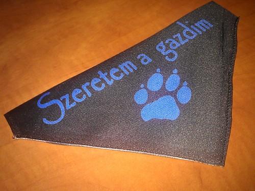 Kutya kendő egyedi grafikával, fekete háttérrel
