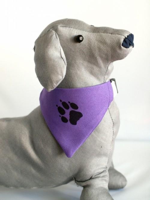 Lila kutya kendő egyedi grafikával
