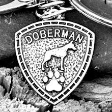 Doberman mintás pajzs kulcstartó